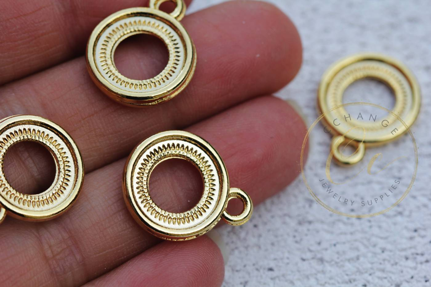 gold-metal-round-cirlce-pendant-charms.jpg