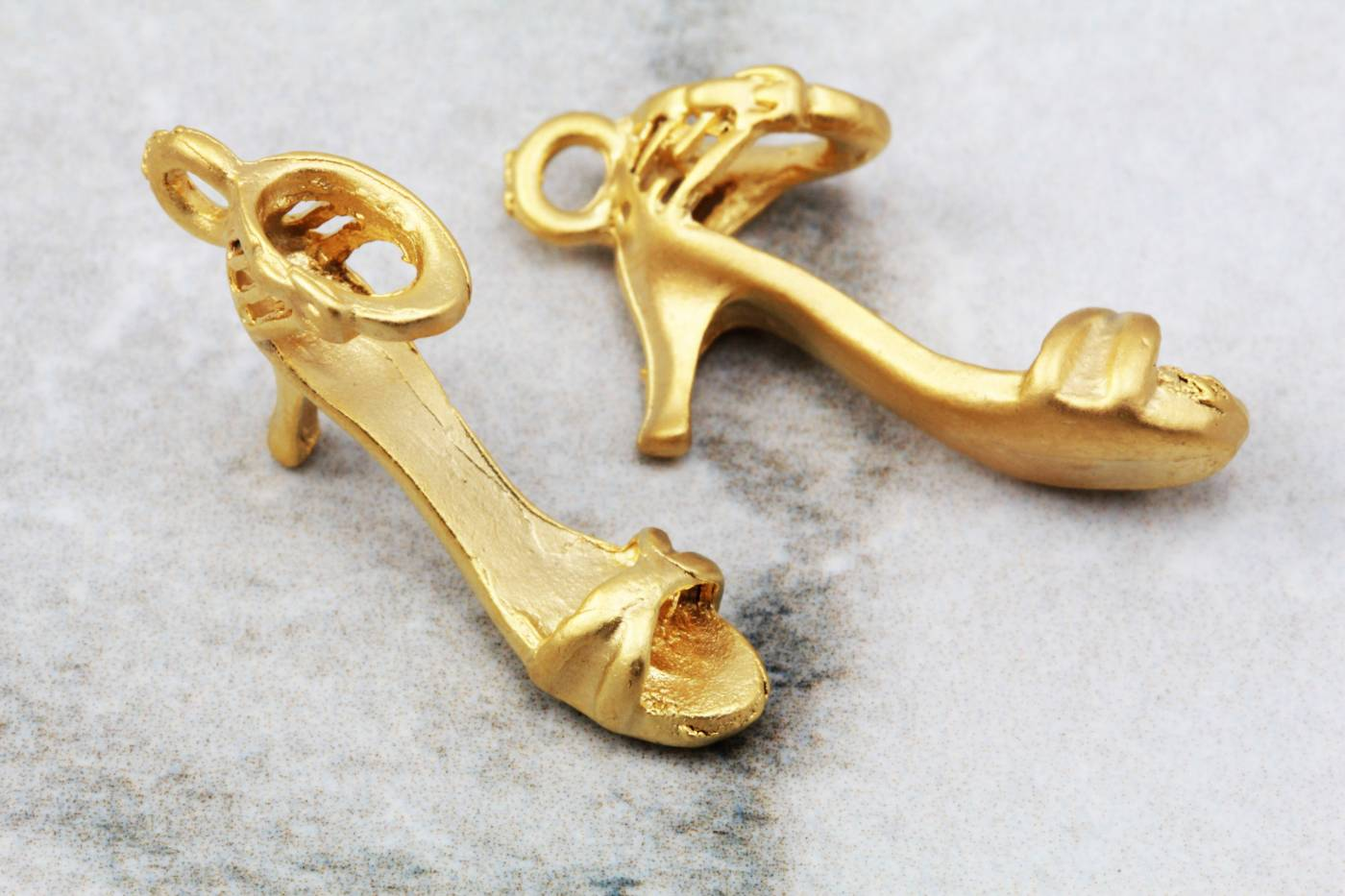 gold-plated-metal-high-heel-shoe-pendant.jpg