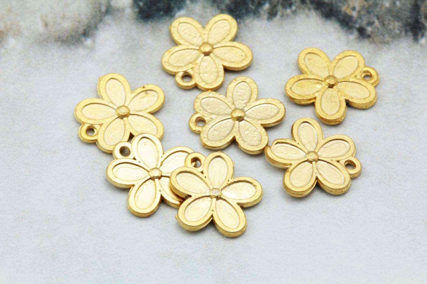 gold-plated-daisy-jewelry-pendant-charms.jpg