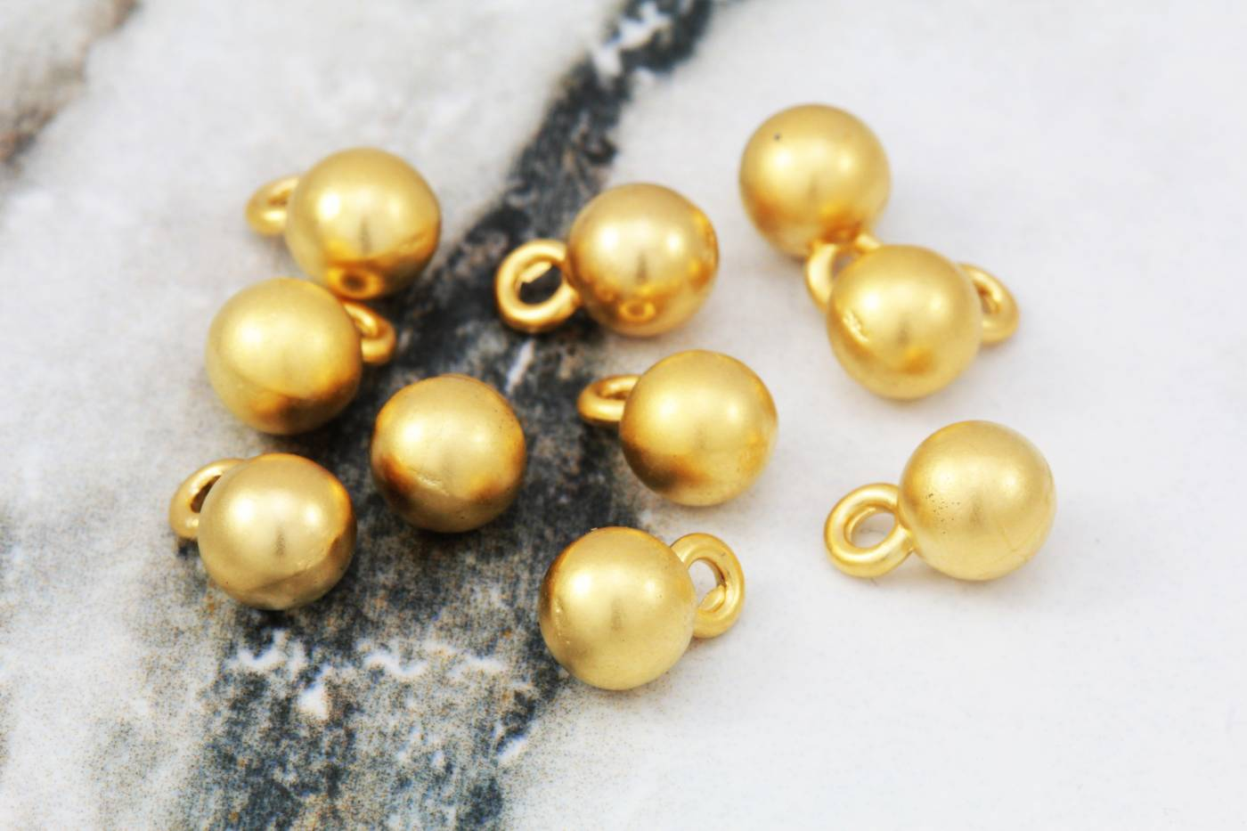 gold-plated-metal-round-ball-pendants.jpg